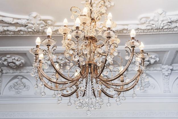 部屋に豪華なヴィンテージシャンデリア Premium写真