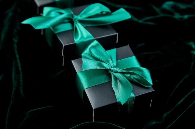 Luxury black gift boxes with green ribbon Premium Photo