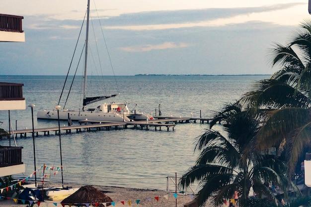 ビーチそばの美しい海の桟橋で豪華なボート 無料写真