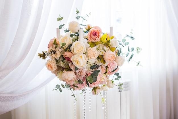 궁전에 꽃 축하 홀로 장식 된 럭셔리. 프리미엄 사진