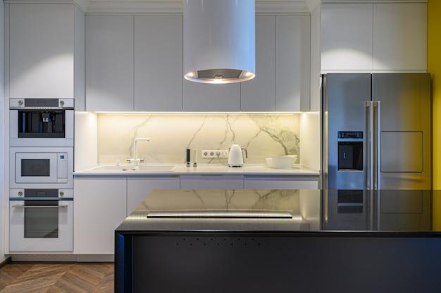 Роскошный интерьер кухни с минималистским дизайном Premium Фотографии