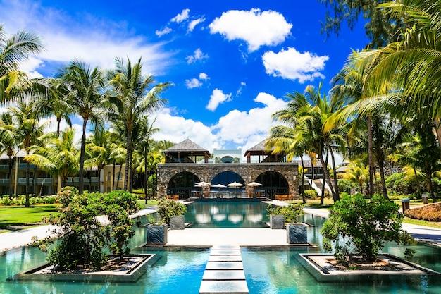 ゴージャスなスイミングプールのあるモーリシャス島の豪華なスパ地域 Premium写真