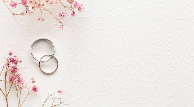 Роскошные свадебные концепции обручальные кольца и цветы Premium Фотографии