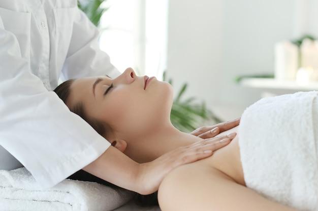 Donna sdraiata che riceve un massaggio del corpo. Foto Gratuite