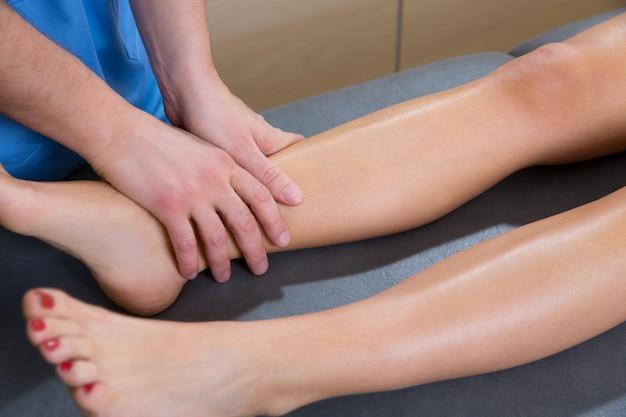 Terapeuta de massagem de drenagem linfática, mãos na perna de mulher Foto Premium