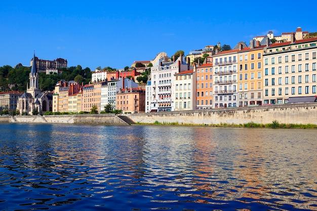 Городской пейзаж лиона от реки сона с разноцветными домами и рекой Бесплатные Фотографии