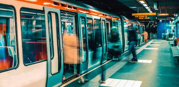 フランス、リヨン:2019年5月12日-フランス、リヨンの地下鉄駅 Premium写真