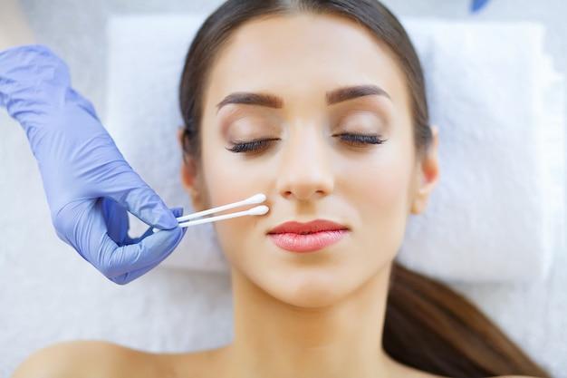 美容とケア純粋で若い肌。美容師は顔mになります Premium写真