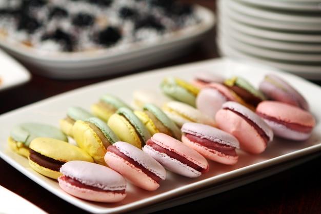 Крупным планом десерт macarons Бесплатные Фотографии