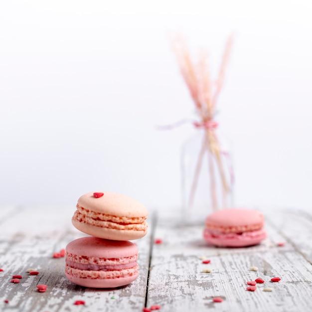 Вид спереди валентина macarons с сердцем и копией пространства Бесплатные Фотографии