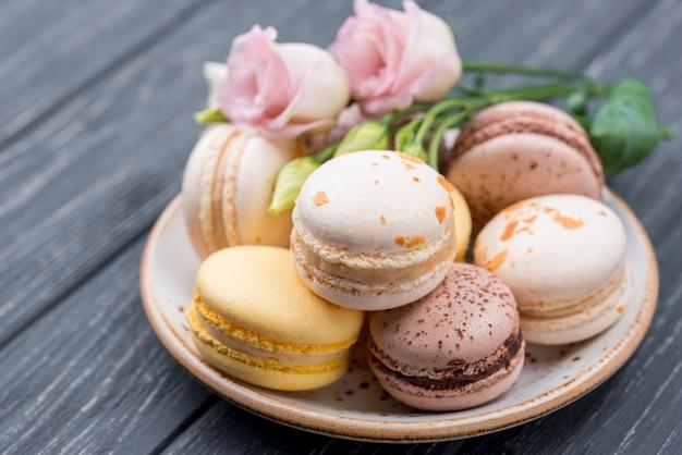 Macarons на тарелке с розами Бесплатные Фотографии