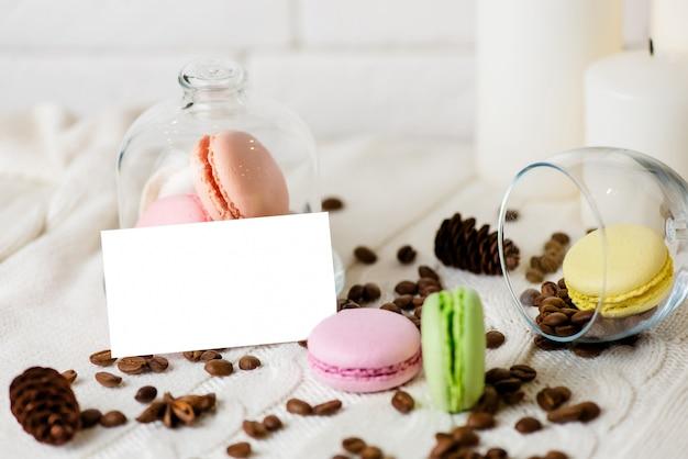 Красочные французские macarons на пинке. Premium Фотографии