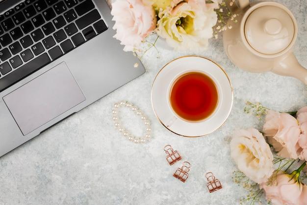 Macbook mock-up with tea Free Photo