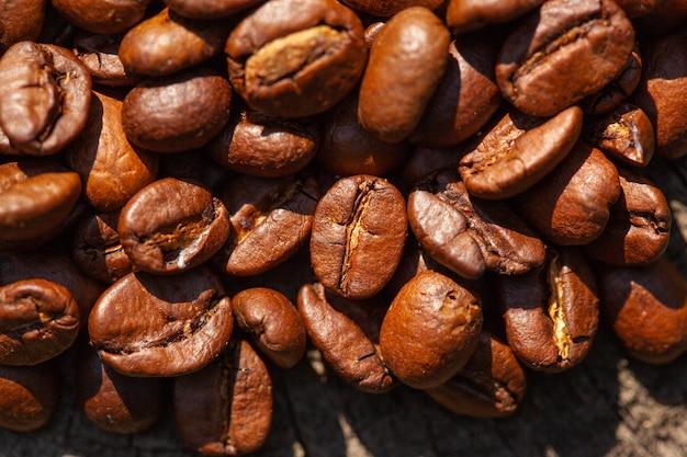 焙煎したコーヒー豆のマクロ写真、背景として使用できます Premium写真