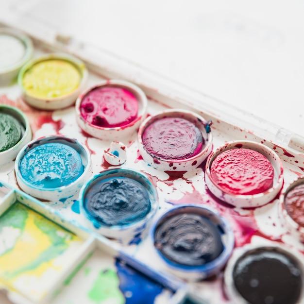 汚れた濡れた水彩画と絵画パレットボックスのマクロ撮影 無料写真