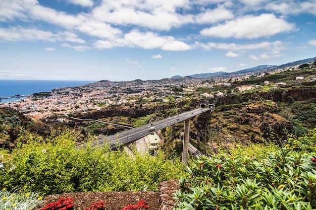 Paesaggio tipico dell'isola di madeira portogallo, vista panoramica della città di funchal dal giardino botanico Foto Gratuite