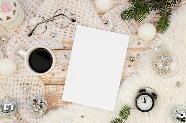 雑誌の表紙のモックアップフラットレイ、ブラックコーヒー、目覚まし時計、クリスマスの飾り、モミの枝 Premium写真