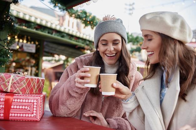 2人の友人とクリスマスマーケットで過ごした魔法の時間 無料写真