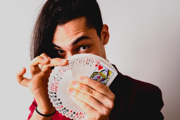 마술사는 한 벌의 카드로 트릭을 수행합니다. 프리미엄 사진