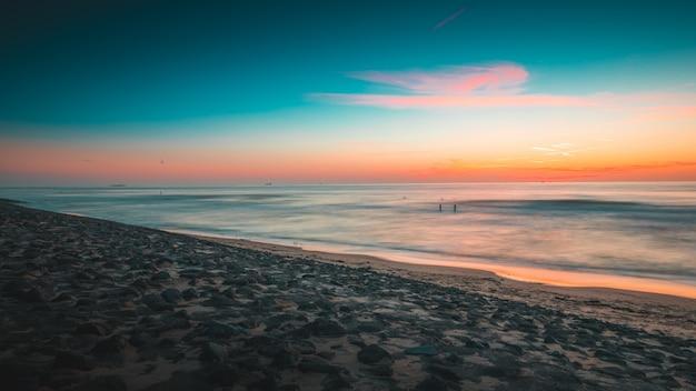 La vista magnifica dell'oceano al tramonto ha catturato in zelanda, paesi bassi Foto Gratuite