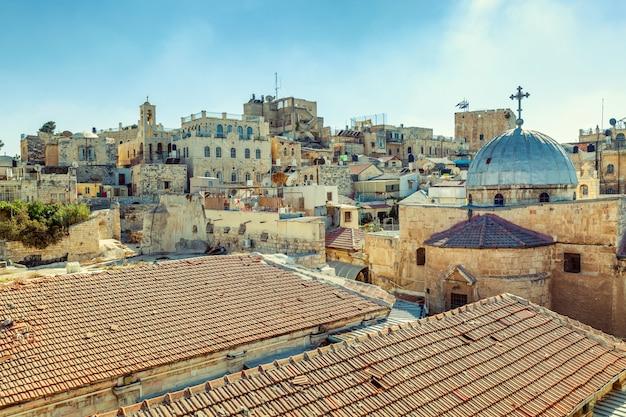 Великолепный вид на крыши старых домов Premium Фотографии
