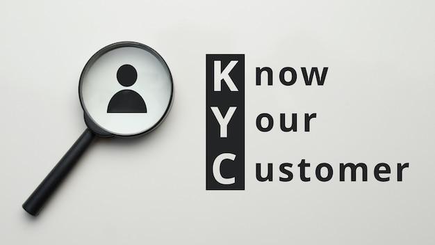 Лупа с абстрактным лицом и надписью kyc. Premium Фотографии