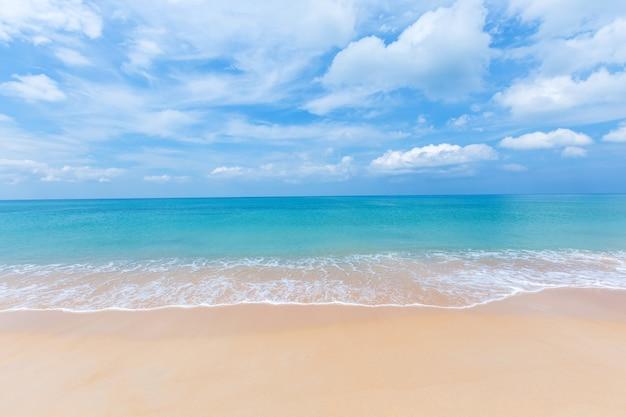 Пляж май кхао, провинция пхукет, юг таиланда. Premium Фотографии