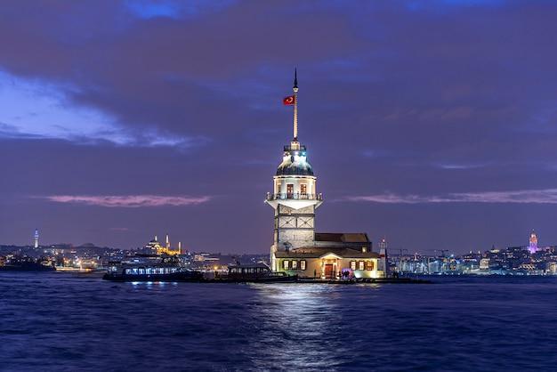 Девичья башня или киз кулези в ночное время в стамбуле, турция Premium Фотографии