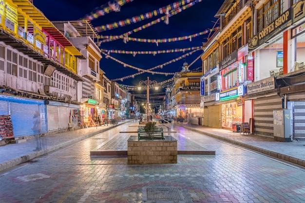 Main bazar street in leh city, ladakh. Premium Photo