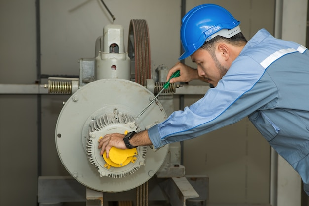 엘리베이터 유지 보수 엔지니어 수리 리프트 모터 프리미엄 사진