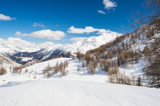 Величественные горные вершины в альпах Premium Фотографии