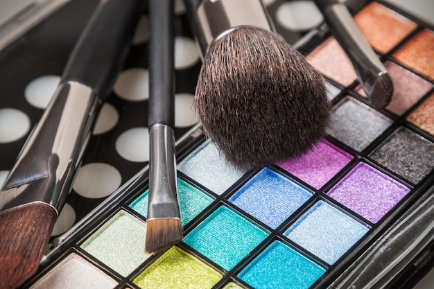 Make-up colorful eyeshadow palettes with makeup brushes Premium Photo