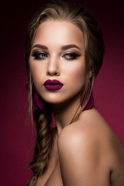 化粧。新鮮なメイクやロマンチックな髪型を持つ美しい女性モデルのグラマーの肖像画。 Premium写真