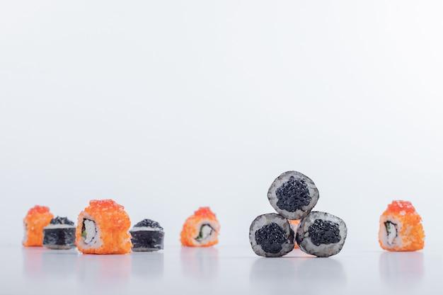 Maki e california sushi rotoli su sfondo bianco. Foto Gratuite