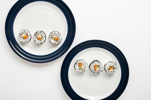 Маки суши роллы на тарелках Бесплатные Фотографии