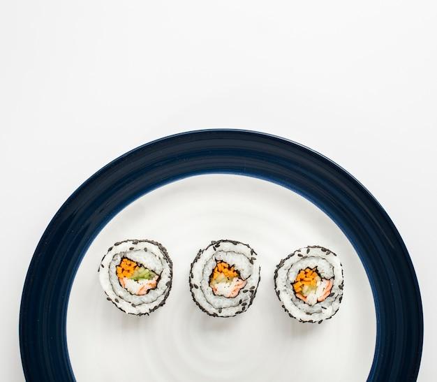 Маки суши роллы на белой и синей тарелке Бесплатные Фотографии