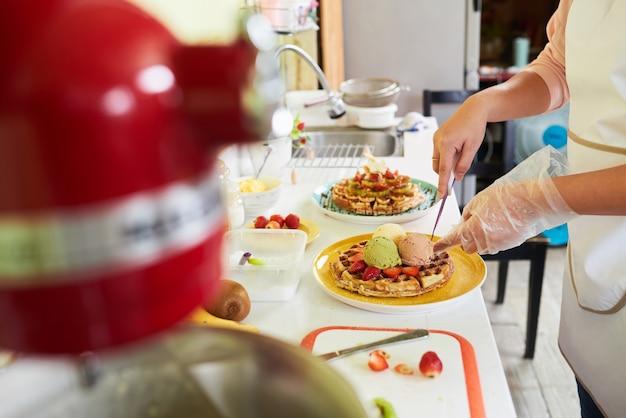 Making deli ious breakfast Free Photo