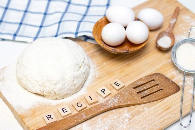 Изготовление теста для хлеба или домашней выпечки Premium Фотографии