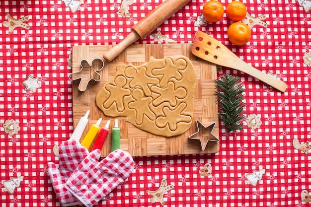 Making gingerbread man and christmas cookies Premium Photo