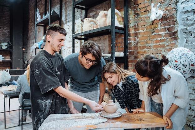 Preparare una pentola di terracotta fatta a mano. lezione di ceramica con maestro. Foto Gratuite