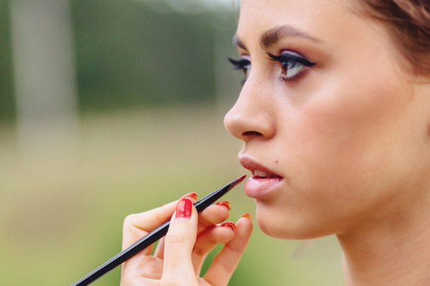 Making makeup in forest fotoshoot Premium Photo