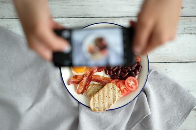 Fare una fotografia della colazione inglese Foto Gratuite