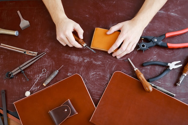 Making wallets and briefcases Free Photo