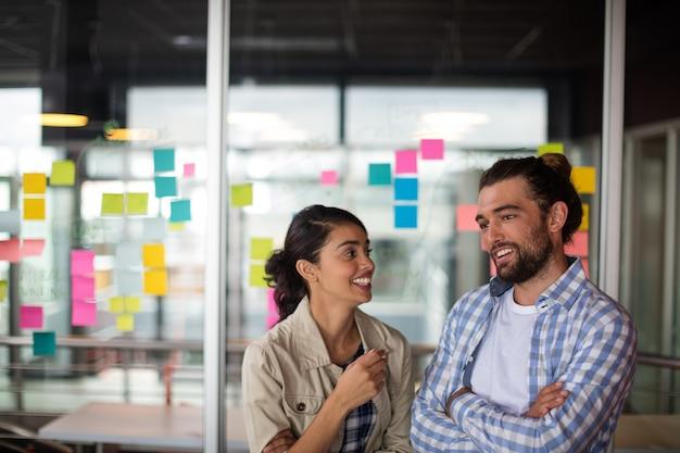 お互いにやり取りする男性と女性の幹部 Premium写真