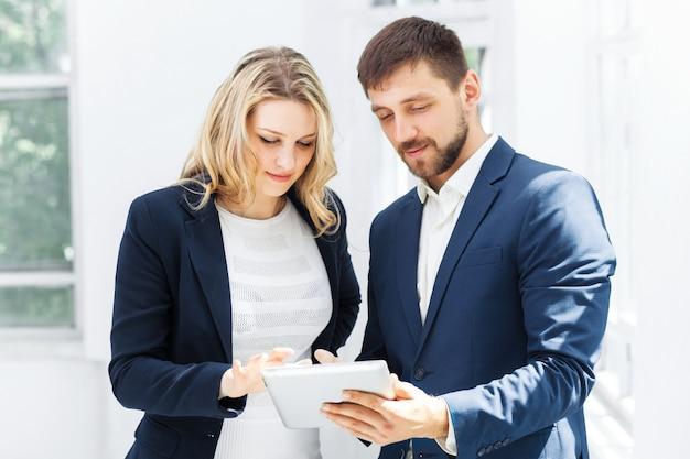 男性と女性のオフィスワーカー。 無料写真