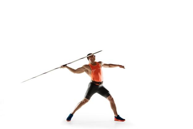 화이트 스튜디오에 창 던지기를 던지는 연습 남자 선수. 무료 사진