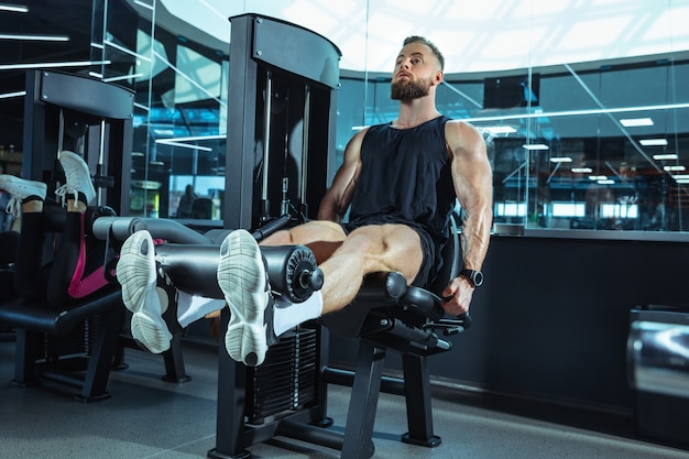 The male athlete training hard in the gym. fitness and healthy life concept. Free Photo