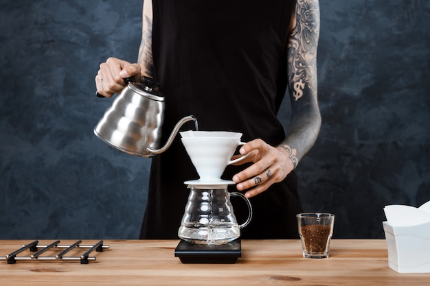 Мужской бариста заваривает кофе. альтернативный метод залить. Бесплатные Фотографии