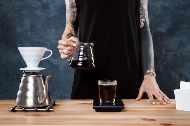Мужской бариста, заваривающий кофе Бесплатные Фотографии