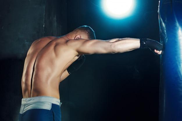 サンドバッグでボクシング男性ボクサー 無料写真